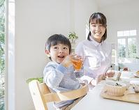 食卓に向かう母親と息子