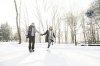 アイススケートをするシニア夫婦
