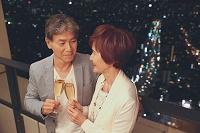 シャンパンで乾杯する日本人シニア夫婦