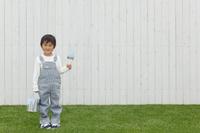 塗装作業をする日本人の男の子