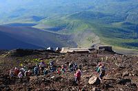 富士山九合目付近から望む宝永火口と登山者と山小屋(池田館)