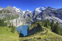 スイス カンデルシュテーク エッシネン湖とハイカー