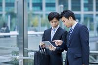 タブレットを見る日本人ビジネスマン