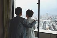 街並みを眺める日本人シニア夫婦