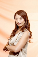 腕組みをする中高年日本人女性