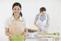 料理教室でレッスンをする若い女性