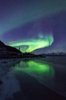 カナダ 氷に写るオーロラ