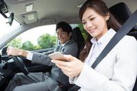 営業車で会話する日本人ビジネスパーソン
