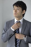 身支度をする日本人ビジネスマン