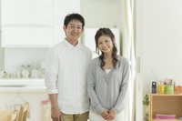 リビングの日本人夫婦