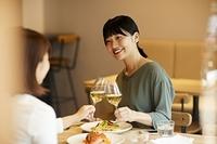 レストランで乾杯する日本人女性
