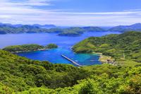 長崎県 折紙展望台より望む蕨地区と久賀島の山々と海
