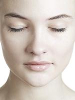 目を閉じた若い外国人女性の顔