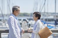 見つめ合う笑顔の日本人シニア夫婦