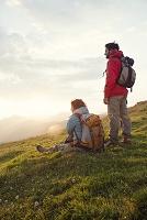 ハイキングするカップル