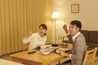 食事をしながらTVを見る日本人夫婦