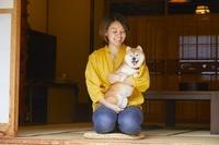 愛犬と旅館でくつろぐ日本人女性