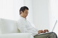 ノートパソコンを操作する日本人男性