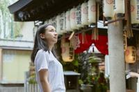 法善寺を観光する日本人女性