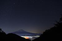 山梨県 御坂峠より星空と富士山
