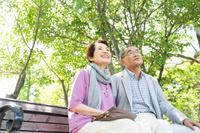 ベンチに座るシニア夫婦