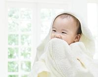 バスタオルをかぶった日本人の赤ちゃん