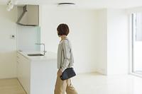 不動産の内見をする日本人の女性