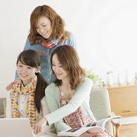 ノートパソコンの画面を見る女性