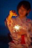 花火をする浴衣姿の女性の手元