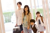 ホテルに入る日本人家族