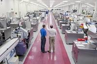工場の説明をするエンジニアとビジネスマン