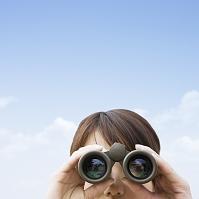 双眼鏡で覗く日本人女性