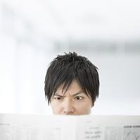新聞を読むの男性