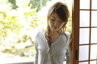 障子戸のそばに立つ日本人女性