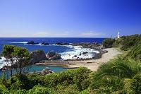 和歌山県 荒波打ち寄せる潮岬海岸と潮岬灯台