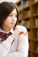 図書室で勉強する女子高校生