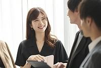 ミーティングをする若い日本人ビジネスウーマン