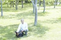 イヌを撫でるシニアの日本人男性
