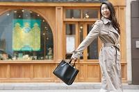 都会の街を歩く日本人女性