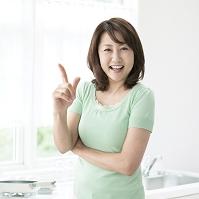 指を指す中高年日本人女性