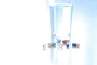 カプセルの薬と飲み水