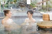 温泉に浸かる外国人と日本人女性
