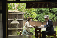 カフェでくつろぐ日本人シニア夫婦