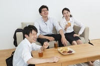 家飲みをする日本人ビジネスパーソン