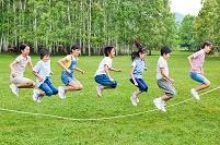 縄跳びをする日本人の子供達