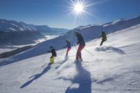 スイス ゲレンデでスキーをする家族