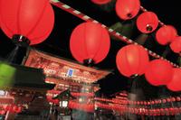 京都府 伏見稲荷大社宵宮祭 献納提灯並ぶ参道と楼門