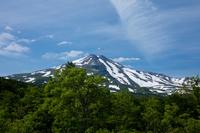 秋田県 残雪と新緑の鳥海山