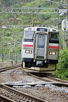 車体を傾けてカーブに差しかかる列車