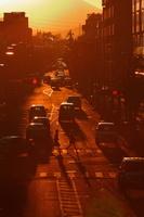 東京都 夕暮れの西日が眩しい道